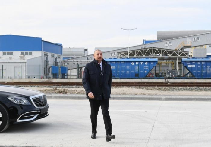 Ilham Aliyev pose la première pierre de deux usines et ouvre une entreprise de fabrication de verre feuilleté à Soumgaït