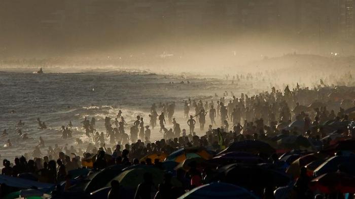 Menschenmassen stürmen Strände in Rio