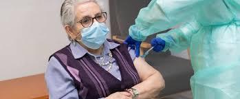 La primera anciana vacunada en España recibe la segunda dosis de Pfizer