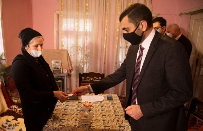 Daha iki şəhid ailəsinə təqaüd kartları verildi -  FOTO