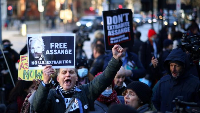 Trump no planea indultar a Assange, según Fox News