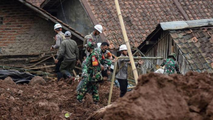 Indonésie:  le bilan des morts dans les deux glissements de terrain est grimpé à 40