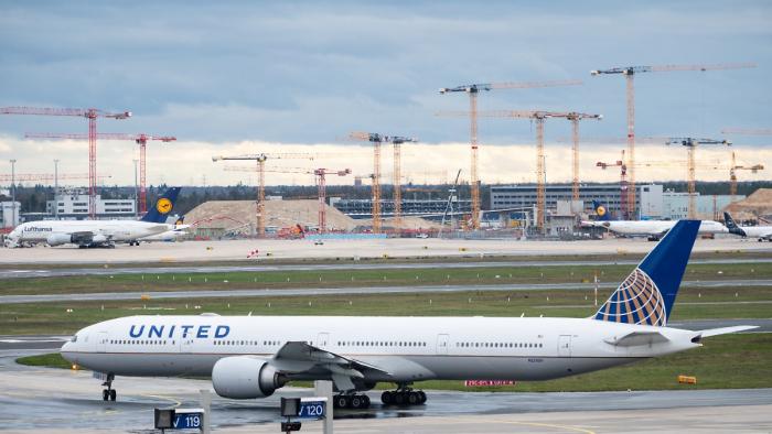 Pandemie treibt United Airlines tief in die roten Zahlen