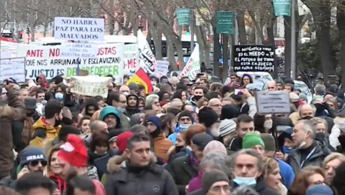 Miles de negacionistas protestan en Madrid contra las restricciones mientras las UCI están llenas de pacientes COVID