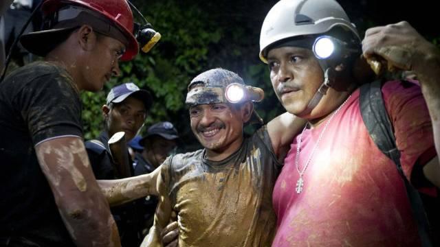 Retter bergen verschüttete Grubenarbeiter zwei Wochen nach Unglück