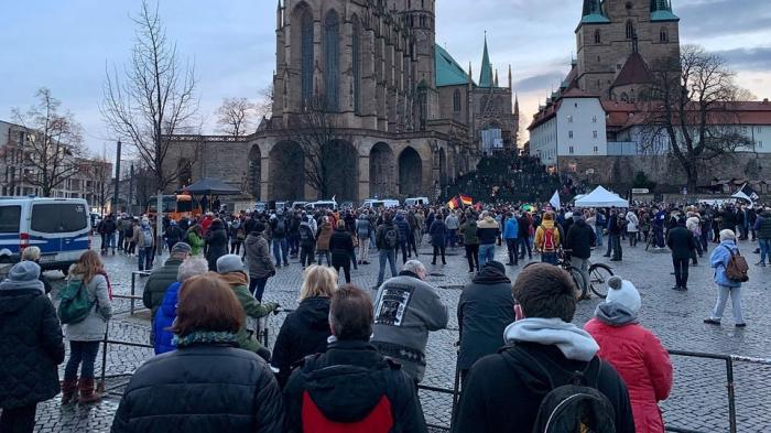 Rund 1000 Menschen protestieren in Erfurt gegen Corona-Auflagen
