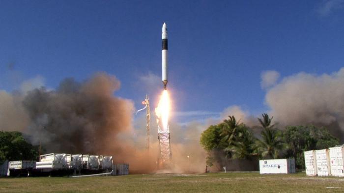 SpaceX bringt Rekordzahl von Satelliten ins All