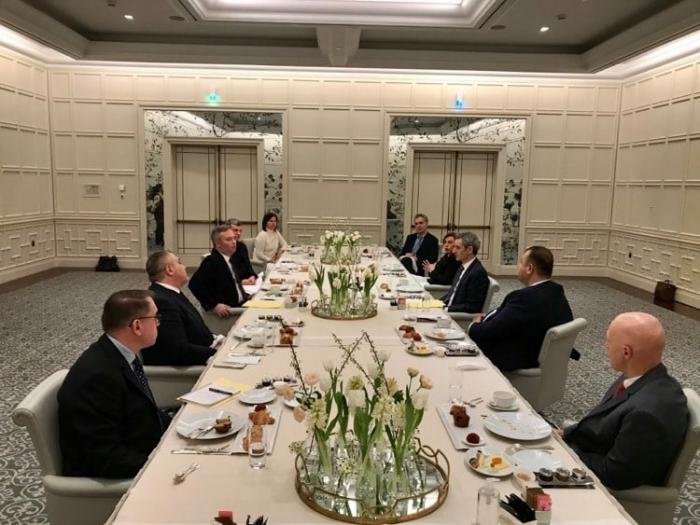 Staatssekretär des französischen Außenministeriums kommt in Baku an