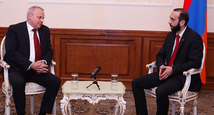 El presidente del Parlamento armenio discute Karabaj con el embajador ruso