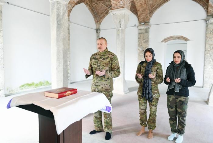 إلهام علييف مع عائلته في مسجد في شوشة -   صور