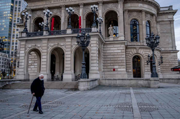 New fear grips Europe as coronavirus cases top 30 million