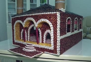 Joven decorador, que hizo una maqueta de la mezquita Govhar aga