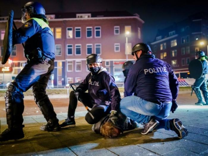 Pandémie: Près de 200 personnes arrêtées suite aux violentes émeutes auxPays-Bas