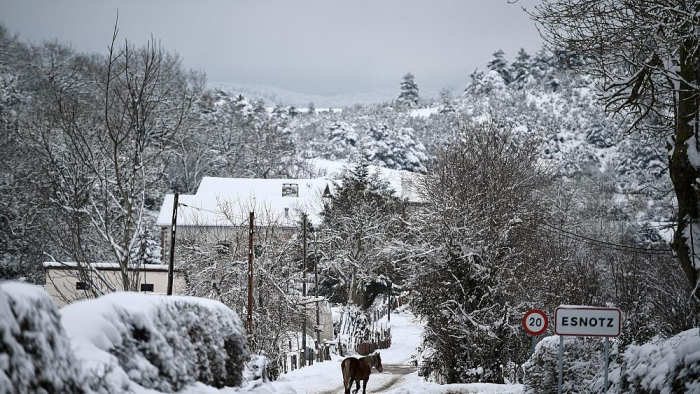 Spain clears swathes of snow -   NO COMMENT