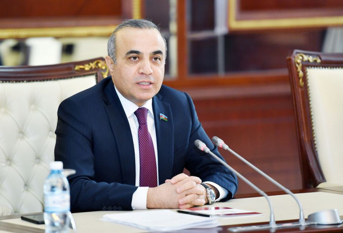 Azay Gouliyev assiste à une réunion de la Commission permanente de l
