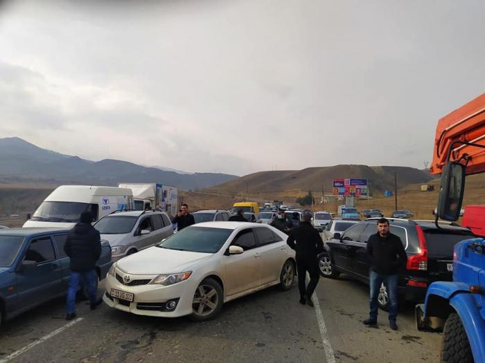 İtkin düşən erməni hərbçilərin ailələri yolu bağladı -  VİDEO