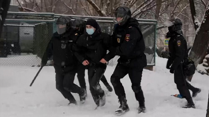 Russian police chase and arrest protesters -   NO COMMENT