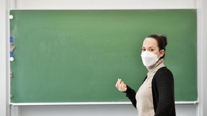 Karliczek: Frühere Impfung für Lehrer