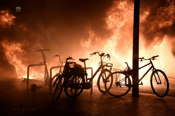Barcelona: Protesters loot luxury stores and burn vehicles -  VIDEO