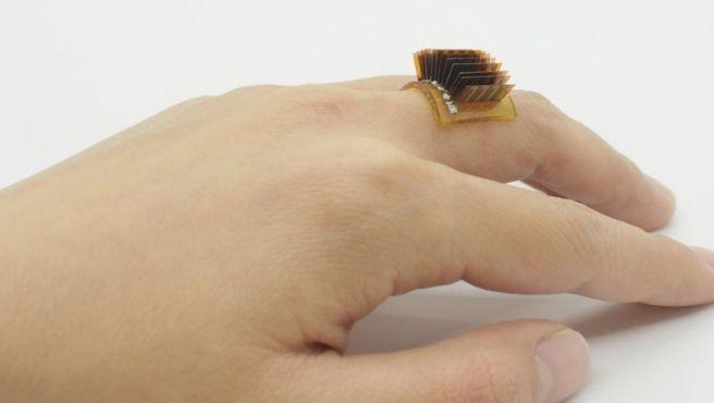 Carga el móvil con el dedo:   crean un dispositivo que transforma el cuerpo humano en una batería biológica