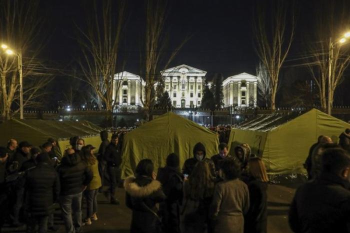 İrəvanda etirazçılar parlament binası qarşısında gecələyir