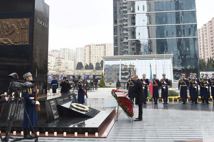 Präsident Ilham Aliyev besucht das Denkmal für die Opfer des Völkermords von Chodschali