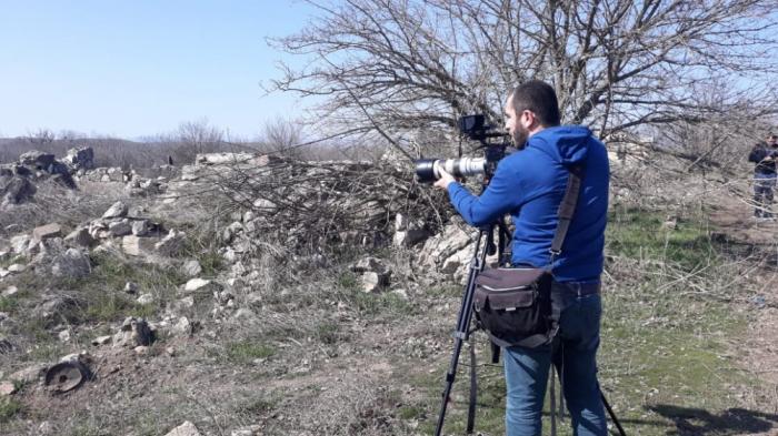 Georgische Journalisten besuchen befreite aserbaidschanische Gebiete, um Zeuge armenischen Vandalismus zu werden