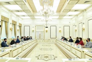 La presidenta del parlamento azerbaiyano se reunió con una delegación de la Asamblea Nacional francesa