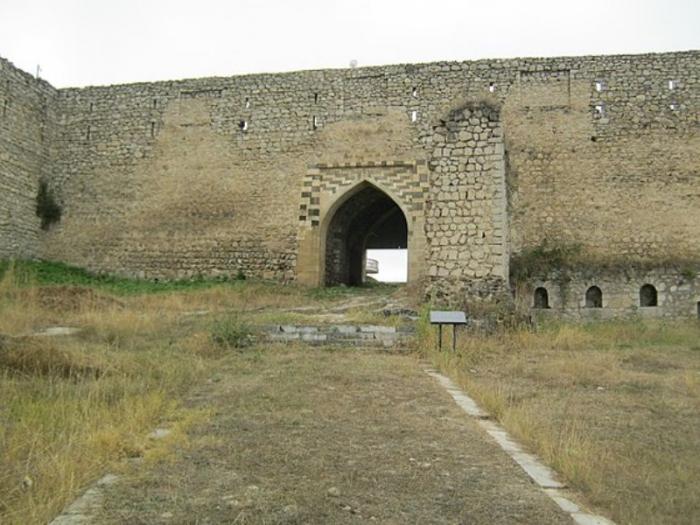 Ermənilərin topla dağıtdığı Gəncə qapısı təmir edilir
