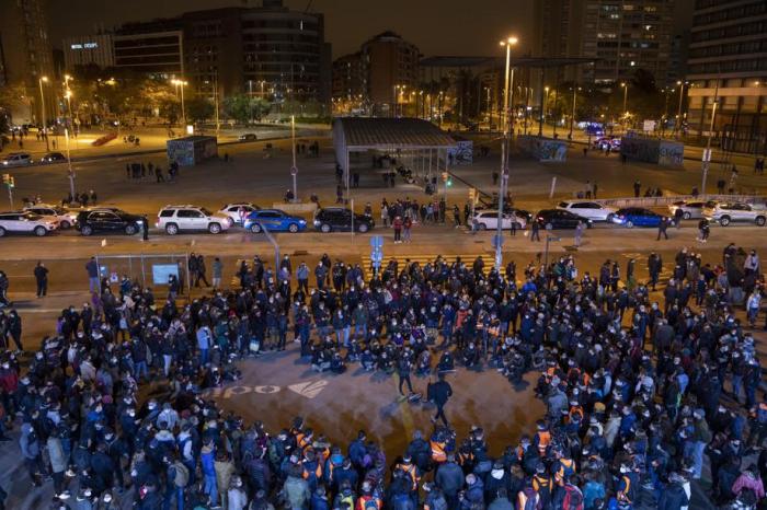 Barcelona vive con menor tensión su sexta noche de protestas por el encarcelamiento de Hasél