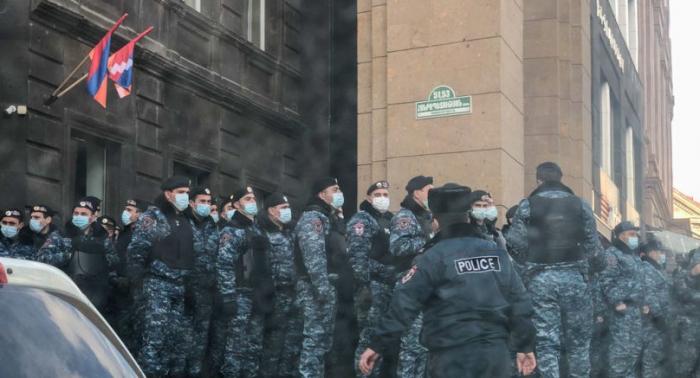 İrəvanda aksiya gözlənilir:  Polis hökumət binasını nəzarətə götürdü