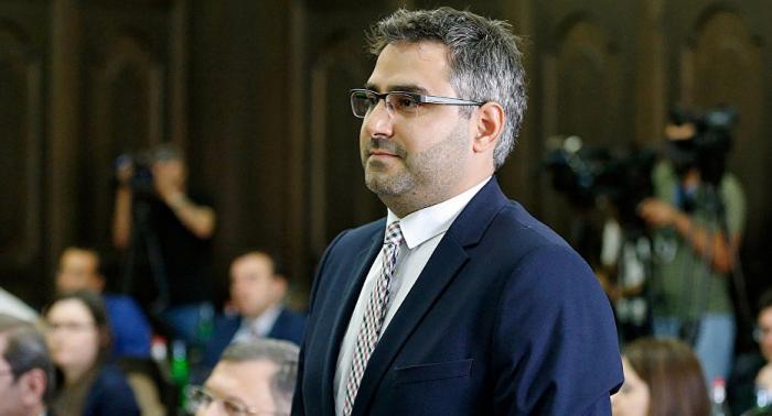 Ermənistanda sabiq məmurla polis arasında dava düşdü