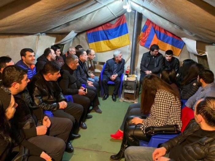 Sarkisyan tərəfdarları ilə çadırda görüşdü