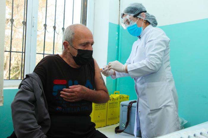 """""""Qocalar evi""""nin sakinləri vaksinasiya olunur"""