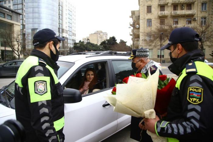 Yol polisindən xanımlara 8 Mart sürprizi -  FOTOLAR