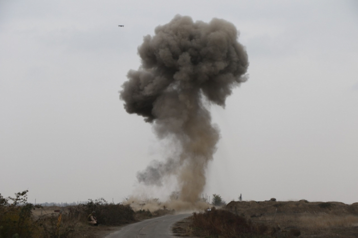 Media representativesget acquainted with mine-clearing operations