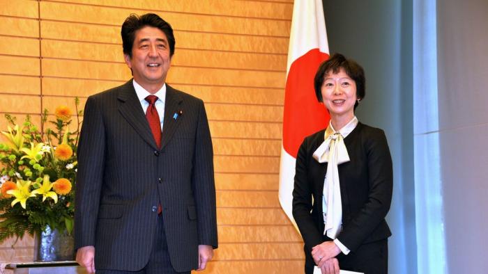Una empleada del gabinete japonés dimite por una cena con un hijo del primer ministro