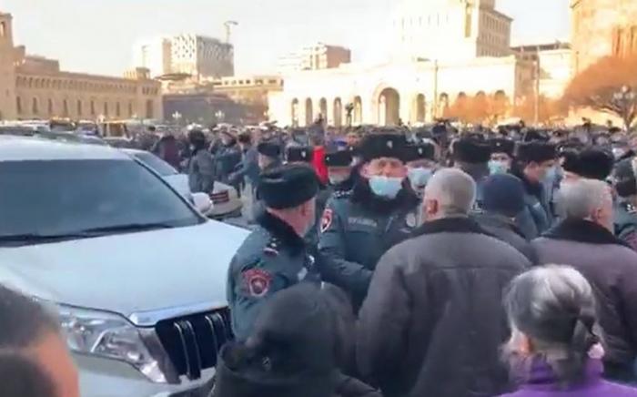 Opositores asaltan la sede de varios ministerios del Gobierno armenio