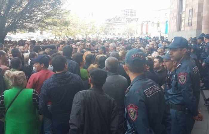 Gegner von Armeniens Premier veranstalten Protestaktion in Regierungsgebäude – Video aus Eriwan