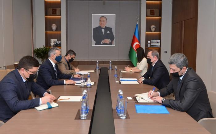 Jeyhun Bayramov traf sich mit dem Botschafter Usbekistans