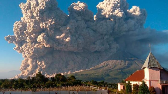 Vulkane spucken Asche und Gestein