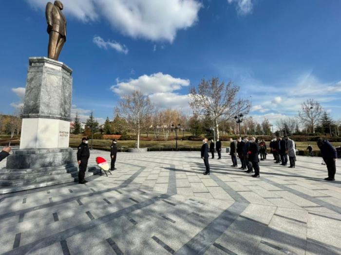 Aserbaidschanische Delegation besucht den Heydar Aliyev Park in Ankara