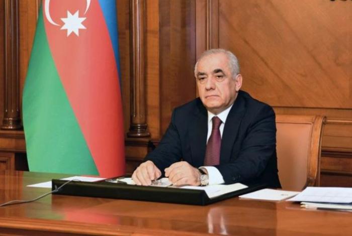 Beamte aus Aserbaidschan und der Türkei führen ein Telefongespräch