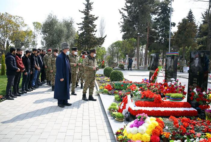 Azerbaijani Defense Ministry visits Alley of Martyrs in Barda city