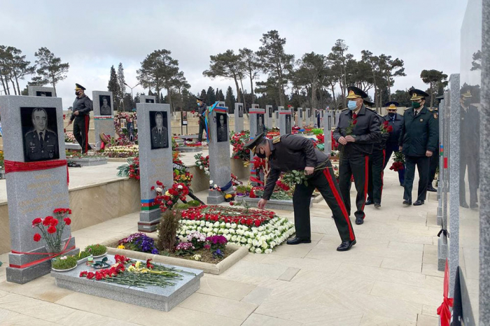 Azerbaijani Defense Ministry's leadership visit Second Alley of Honors