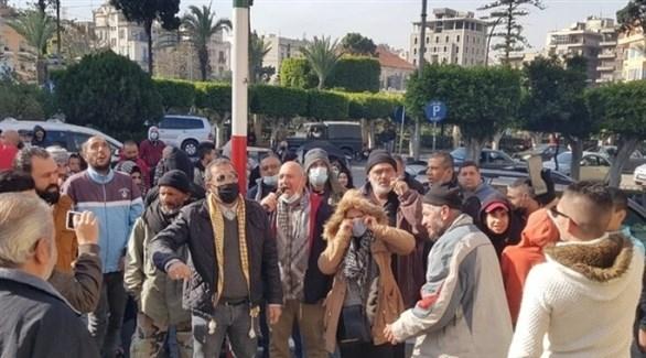 متظاهرون يحتجون أمام منازل السياسيين في طرابلس اللبنانية