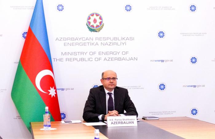 Azerbaiyán acordó reducir aún más la producción de petróleo