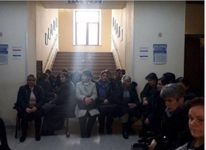 Ermənistanda əsgər anaları məmurları işə buraxmadı