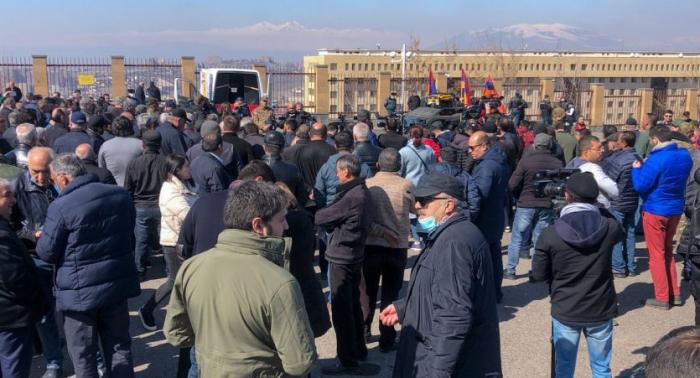Polis Sarkisyanın iqamətgahını mühasirəyə aldı