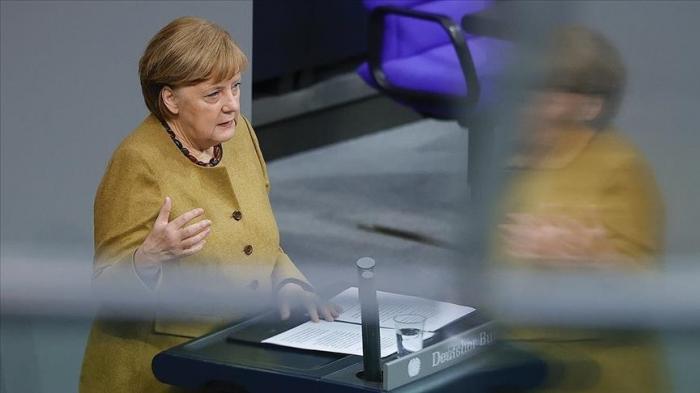 Merkel səhvini etiraf etdi və üzr istədi